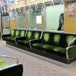 「絶対にやっていない」 電車内で向かい側の席に座る女子中学生の上半身を触ったとして逮捕