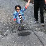 ズボンのせいで子供の下半身が消えて上半身だけが浮いてるように見える写真がすごい[521242681]