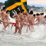 【福岡】九州でこの冬一番の寒さ 水温5度の海で赤フン履いた男女の新成人が寒中水泳(画像あり)